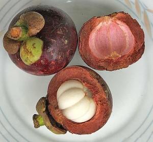 фото: 3 мангостина на тарелке