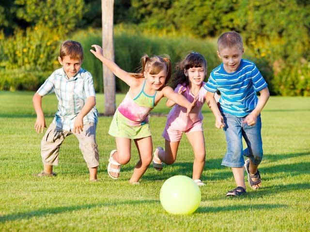 Дети получают положительные эмоции. когда играют в мяч