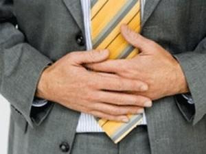 Очищение кишечника: мужчина держится за живот