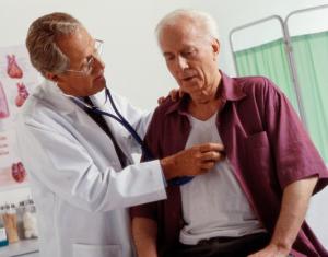 врач слушает сердце пациента