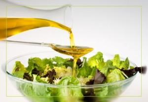 Заправляйте салат растительным маслом