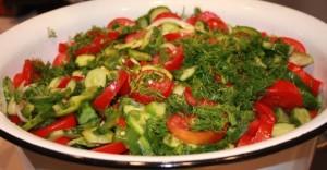 Низкокалорийный салат на тарелке