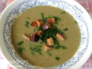Суп пюре из чечевице в тарелке с сухариками