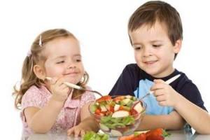 Дети едят фруктовый салат