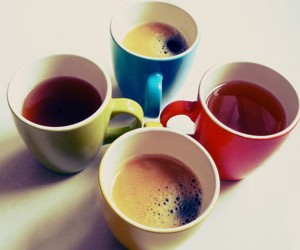 Чашки с различными жидкостями - напитками, соком, кофе
