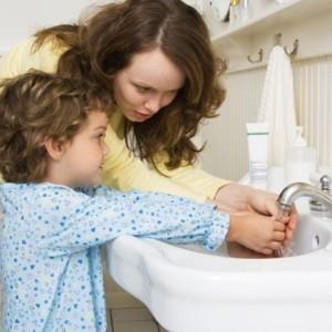 Научите ребенка мыть руки перед едой, до и после туалета